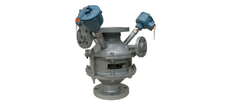 Rurowy dwukierunkowy przerywacz płomienia chroniący przed detonacją, z dwoma czujnikami temperatury służącymi do wykrywania zjawiska ciągłego spalania wewnątrz rurociągu oraz króćcami do podłączenia gazu inertyzującego
