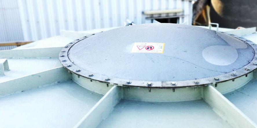 Fot. 5. Diverter zabudowany certyfikowanym panelem odciążającym z czujnikiem otwarcia, zabezpieczający rurociąg transportujący pył węglowy pionowo wdół zmłyna do filtra.