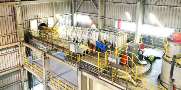 Fot. 1. Widok na zabudowany taśmociąg dostarczający miał węglowy z hali węgla do zbiornika miału węglowego, zabezpieczony za pomocą systemu odsprzęgania wybuchu typu HRD.