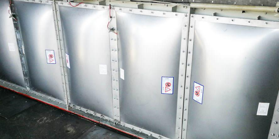 Fot. 6. Certyfikowane panele dekompresyjne z czujnikami otwarcia zabudowane na filtrze – prace uwzględniały wykonanie projektu i montaż ram adaptacyjnych dla nowych paneli.