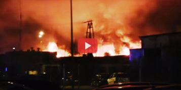 [FILM] Milionowe straty po ogromnym pożarze w zakładzie meblowym w Turku