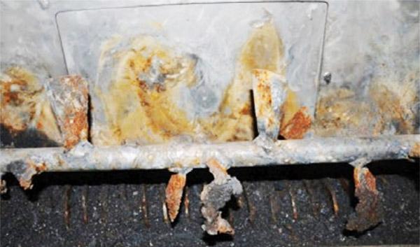 Ślady przetarć na ściankach mieszalnika, w którym doszło do pierwszego wybuchu